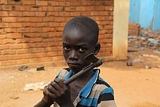 Junge in Bangui droht Muslimen