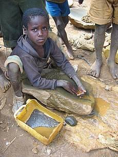 Goldgräber in einer Mine im Kongo
